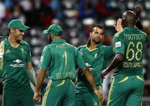 South Africa's JP Duminy (2nd R) is congratulated by team mates after bowling out Pakistan's Nasir Jamshed during their first Twenty20 cricket match in Johannesburg November 20, 2013. REUTERS/Siphiwe Sibeko