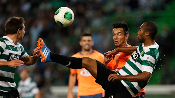Sporting's Wilson, right, controls the ball  during their Portuguese league soccer match with Setubal Saturday, Oct. 5 2013, at Sporting's Alvalade stadium in Lisbon