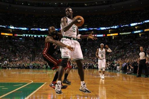 Kevin Garnett (R) scored 24 points with 11 rebounds as the Celtics narrowed the gap in the best-of-seven series to 2-1
