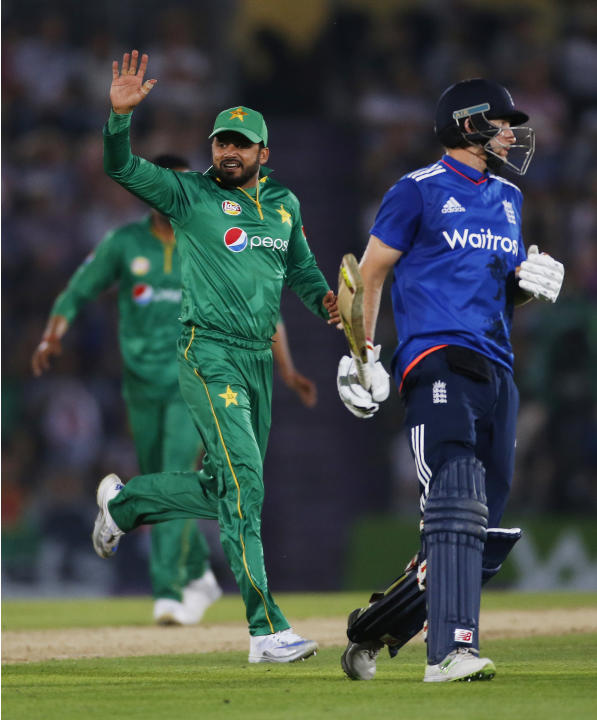 Pakistan's Azhar Ali (L) celebrates taking the wicket of England's Joe Root