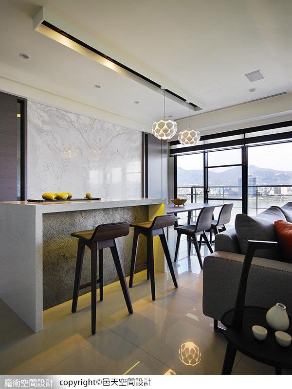 在客、餐廳、吧檯、輕食區以開放方式規劃,強調開闊、敞朗的空間感受。
