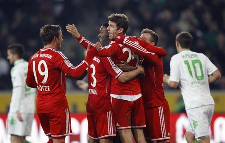 Bayern Munich's Thomas Mueller (C) and Mario Goetze (L) celebrate a penalty against Borussia Moenchengladbach during the German first division Bundesliga soccer match in Moenchengladbach January 24, 2014. REUTERS/Ina Fassbender