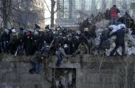 A crowd spreads out as riot police attack anti-government protesters during clashes in Kiev, February 18, 2014. REUTERS/Maks Levin
