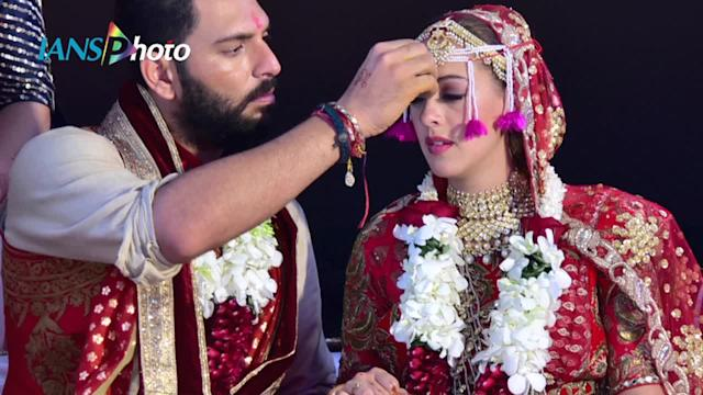 Anushka-Virat grace Yuvraj Singh's Goa WEDDING | Watch Video