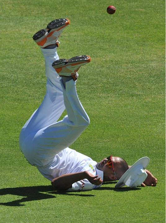 CAPE TOWN, SOUTH AFRICA - JANUARY 06:  Alviro Petersen of South Africa drops a catch during day 4 of the 3rd Sunfoil Test match between South Africa and Sri Lanka at Sahara Park Newlands on January 06