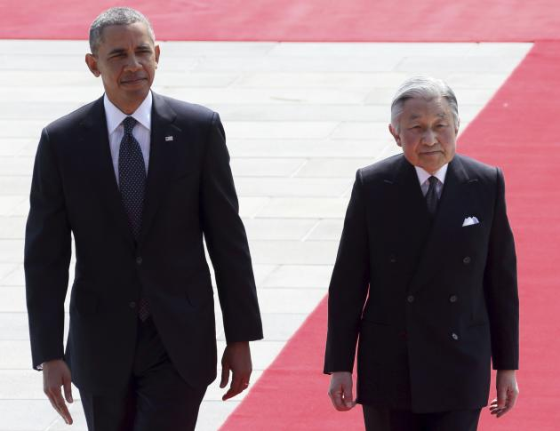 US President Obama walks with Japan's Emperor Akihito during a welcoming ceremony at the Imperial Palace in Tokyo
