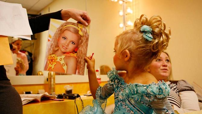 "Emilia checks out her headshot with her mother Bridgett as seen in ""Toddlers & Tiaras."""