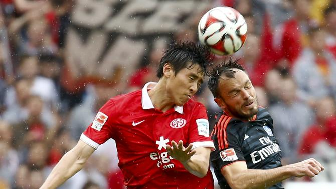 FSV Mainz 05 Koo goes for a header with Hamburg SV's Westermann during their German first division Bundesliga soccer match in Mainz