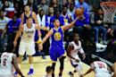 Stephen Curry, de los Golden State Warriors, lanza una bandeja al aro, rodeado de DeAndre Jordan, Blake Griffin, Chris Paul y Jamaal Crawford, de Los Angeles Clippers, en un partido de la NBA disputado el 19 de noviembre de 2015