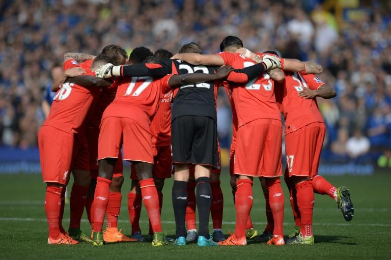 Liverpool's Belgian goalkeeper Simon Mignolet (C) huddles with teammates ahead of the English Premier League football match between Everton and Liverpool at Goodison Park in Liverpool north west E