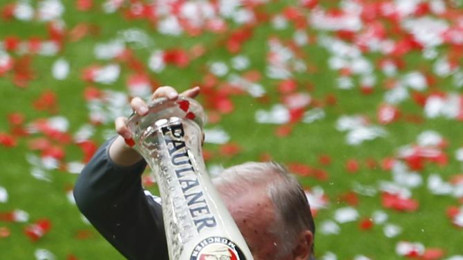 Bayern Munich's coach assistant Gerland pours beer on Dante after their final German first division Bundesliga soccer match of the season against FSV Mainz 05 in Munich
