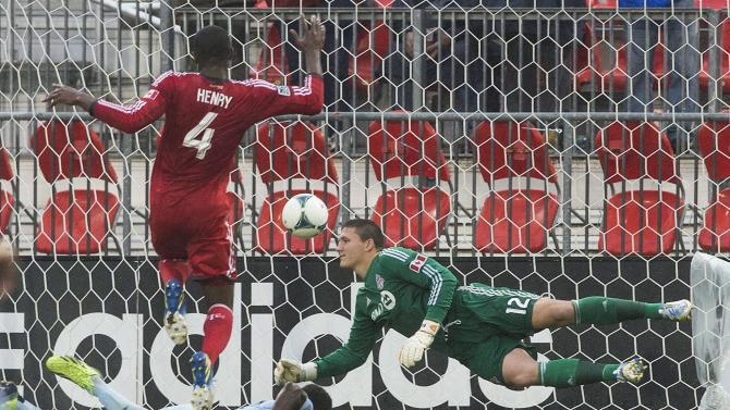Sapong scores 2 to lead Sporting past Toronto, 2-1