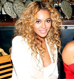 "Beyonce Shows Support for Gay Marriage With Handwritten Note Paraphrasing ""Single Ladies"" Lyrics"
