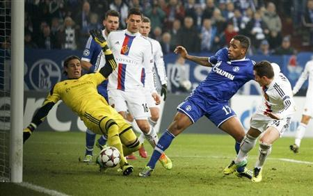 Schalke 04 Jefferson Farfan (C) tries to score against FC Basel's Yann Sommer (L) during their Champions League group E soccer match in Gelsenkirchen December 11, 2013. REUTERS/Ina Fassbender