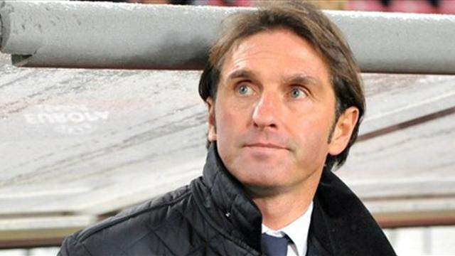 Bundesliga - Stuttgart extend deal with coach Labbadia