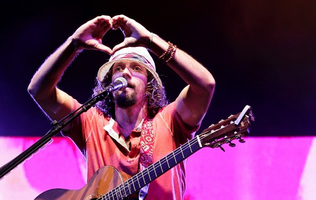 Jason Mraz expresses his love for his fans (Photo courtesy of Warner Music)