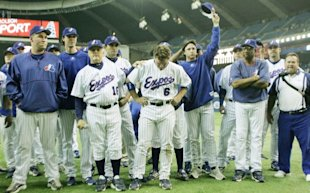 The Montreal Expos salute their fans at their final home game in 2004. (Phil Carpenter/Montreal Gazette)