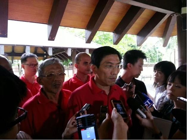 SDP chief Chee Soon Juan announces his party's withdrawal from the Punggol contest. (Yahoo! photo/Fann Sim)