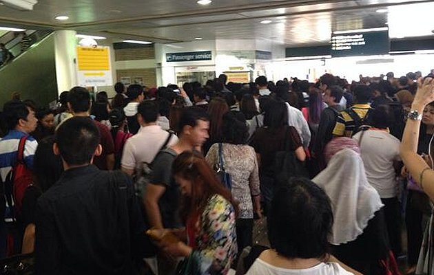 The commuter situation at Sembawang MRT station on Monday morning's North-South Line disruption. (Photo courtesy of Twitter user @_shinekoh)