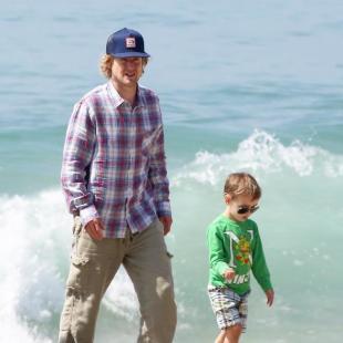 Owen Wilson in spiaggia con il figlio