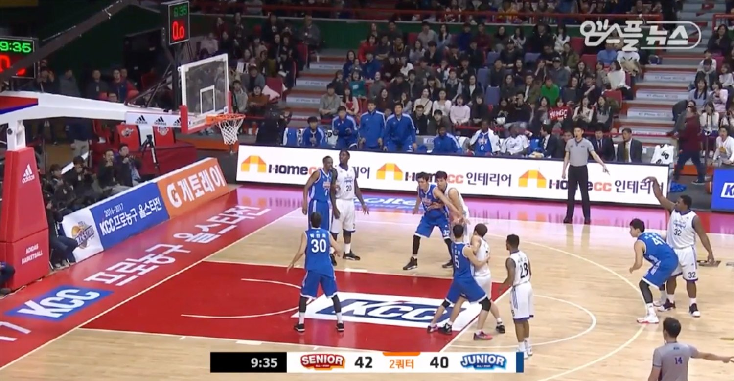 The moment time froze during the 2017 KBL All-Star Game. (Screencap via Buzz Basketball)