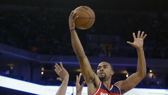 Washington Wizards guard Ramon Sessions (7) shoots against Golden State Warriors guard Shaun Livingston during the first half of an NBA basketball game in Oakland, Calif., Monday, March 23, 2015. (AP Photo/Jeff Chiu)