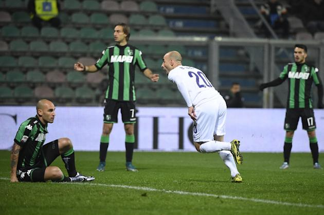 Fiorentina's midfielder from Spain Borja Valero (R) celebrates after scoring during an Italian Serie A football match against Sassuolo on November 30, 2015 at the Mapei Stadium stadium in Reggio E