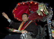"FILE - In this Thursday, Dec. 29, 2005 file photo, Bollywood director and actor Dev Anand waves to fans during the premiere of his film ""Mr. Prime Minister"" in Ahmadabad, India. According to media reports, Anand died of a heart attack in a London hospital Saturday, Dec. 3, 2011. He was 88. (AP Photo/Ajit Solanki, File)"