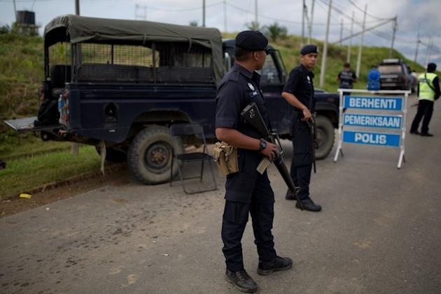 Malaysian police man a  check point in Cenderawasih on the island of Borneo,  March 3, 2013