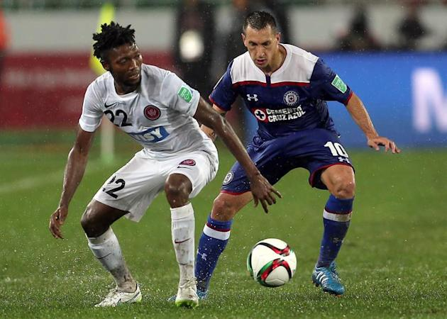 MOH02. Rebat (Morocco), 13/12/2014.- Christian Gimenez (R) of Cruz Azul vies for the ball with Seyi Adaeleka (L) of WS Wanderers FC during the FIFA Club World Cup 2014 quarter final soccer match, Cruz