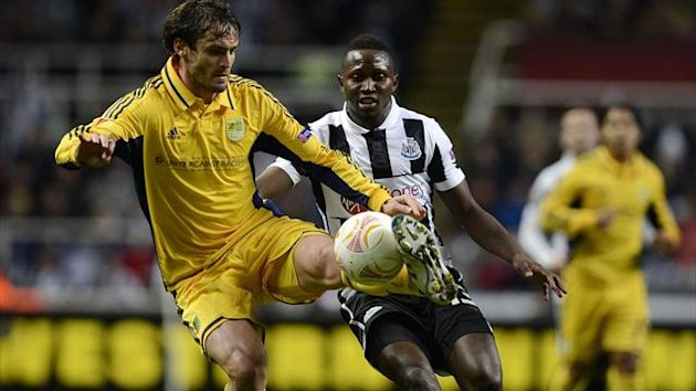 Newcastle United's Mapou Yanga-Mbiwa (R) challenges Metalist Kharkiv's Marco Torsiglieri during their Europa League soccer match in Newcastle, northern England February 14, 2013. (Reuters)