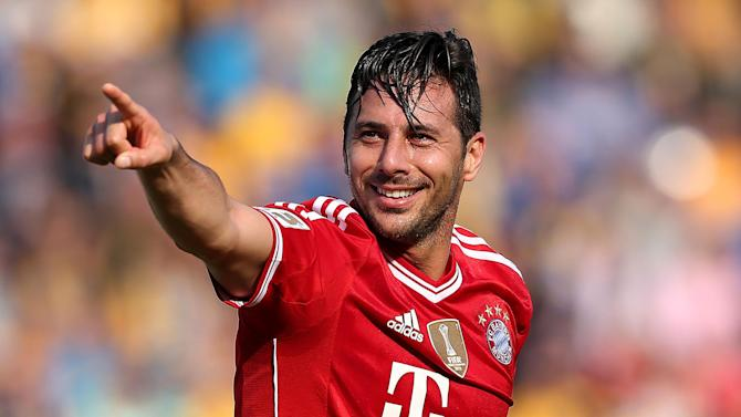Bundesliga - Veteran Peru striker Pizarro extends Bayern deal