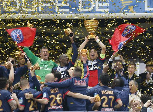 Paris Saint Germain's Thiago Motta, center, of Italy, and teammates celebrate with the cup after winning their  French League Cup final soccer match against Lyon at the Stade de France in Saint Denis, north of Paris, Saturday April 19, 2014