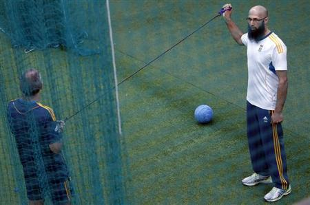 South Africa's Hashim Amla (R) stretches during a practice session ahead of their first One Day International (ODI) cricket match with Sri Lanka in Colombo July 18, 2013. REUTERS/Dinuka Liyanawatte/Fi