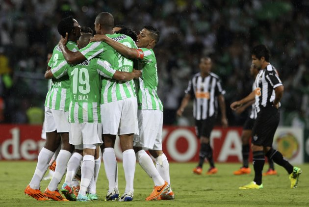 Farid Diaz (19) and Alex Mejia (C) of Colombia's Atletico Nacional celebrate with their teammates at their Copa Libertadores soccer match against Brazil's Atletico Mineiro, in Medellin April 23, 2014. REUTERS/John Vizcaino (COLOMBIA - Tags: SPORT SOCCER)