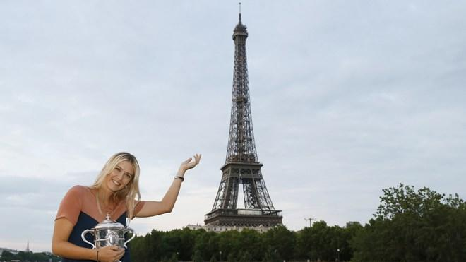 TOPSHOTS Russian Tennis Player Maria Sharapova Poses With Her Trophy In Front The Eiffel Tower On June 9, 2012 In Paris, AFP/Getty Images