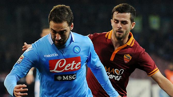 Serie A - Acrobatic Higuain goal sets up Napoli win over Roma