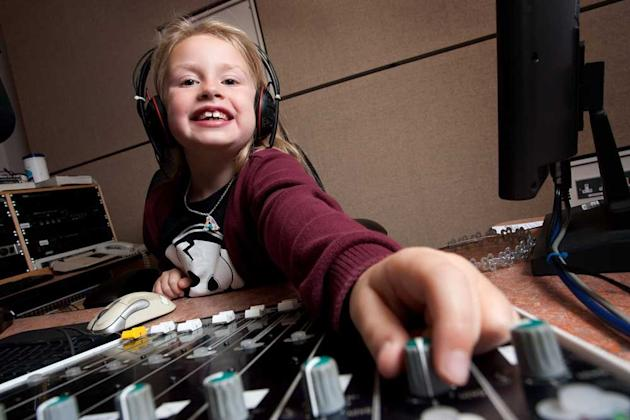 'She's a natural': Six-year-old DJ Amber Jacobs (Caters)