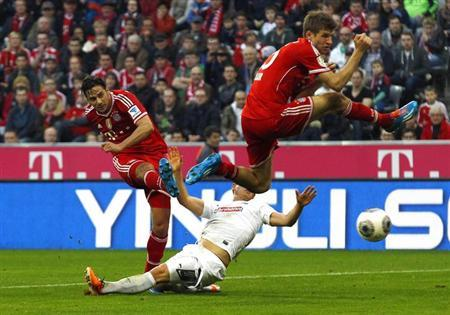 Bayern Munich's Claudio Pizarro (L) scores a goal next to teammate Thomas Mueller (R) during their German Bundesliga first division soccer match against Freiburg in Munich February 15, 2014. REUTERS/Michaela Rehle