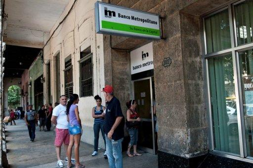 Cubans make a line to enter the Metropolitan Bank, on November 24, 2011, in Havana. Cuba's state-run banks on Thursday were given permission to issue loans based on hard collateral, more than a half-century after pawnshops were banned on the communist-run island.