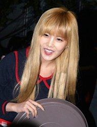 [Photo] T-ara's Qri serving rice cake soup to the fans