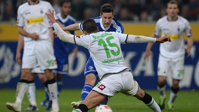 Bundesliga - Schalke end Gladbach's Champions League hopes