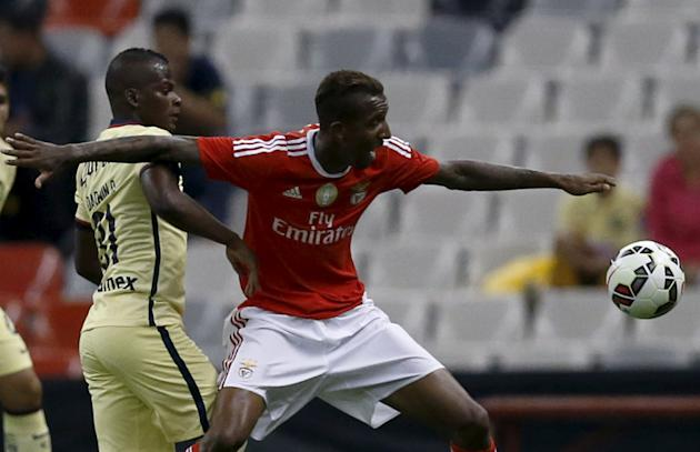 Anderson Talisca of Benfica battles for the ball with Darwin Quintero of Mexico's America during their International Champions Cup Pre Season Friendly Tournament