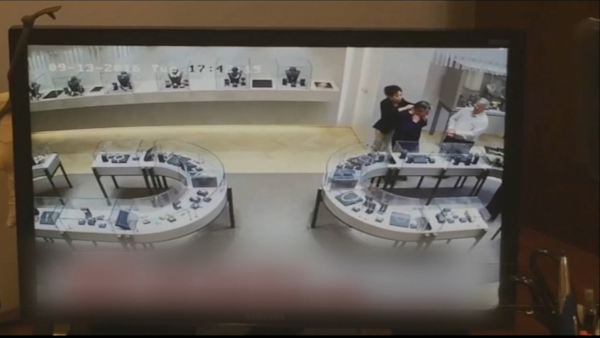Thieves smash glass and steal jewelry in heist caught on for Best jewelry stores in fresno ca
