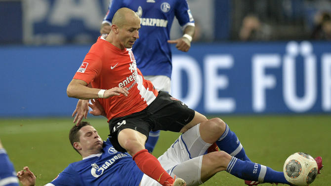 Mainz's Elkin Soto of Colombia, up, and Schalke's Julian Draxler challenge for the ball during the German Bundesliga soccer match between FC Schalke 04 and FSV Mainz 05 in Gelsenkirchen,  Germany, Friday, Feb. 21, 2014