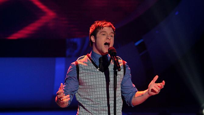 Blake Lewis performs as one of the top 3 contestants on the 6th season of American Idol.