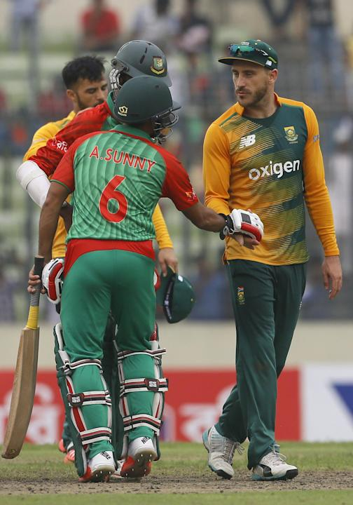 South Africa's captain Faf du Plessis, right, shakes hand with Bangladesh's Arafat Sunny, back to camera, after winning their first Twenty20 international cricket against Bangladesh in Dhaka, Banglade
