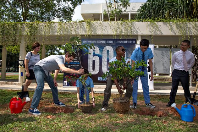 Andrew Garfield and Jamie Foxx plant trees in the garden of Commonwealth Secondary School on Friday, 28 March 2014. (Yahoo photo/Shirly Hamra)