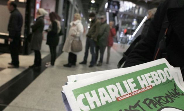 People queue up to buy the new issue of Charlie Hebdo newspaper in Paris Jan. 14, 2015. (AP)