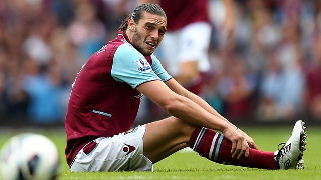 Premier League - West Ham striker Carroll sidelined for two months
